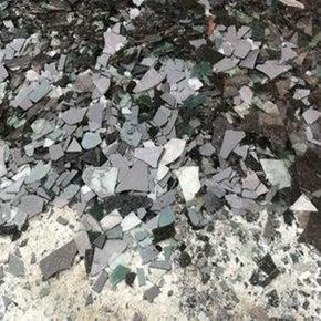 各地黑色碎玻璃
